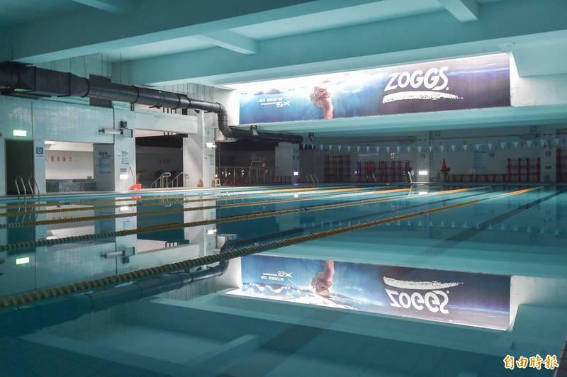 泳池、三溫暖等行業今年從缺水到疫情爆發,產業嚴重虧損,國民黨立委鄭正鈐呼籲中央訂出指引。圖為台北市大同區運動中心游泳池尚未開放。(資料照)