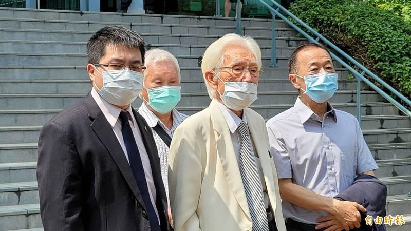 辜寬敏(中)在律師黃帝穎(左1)陪同下,親自現身法院打行政訴訟。(記者溫于德攝)