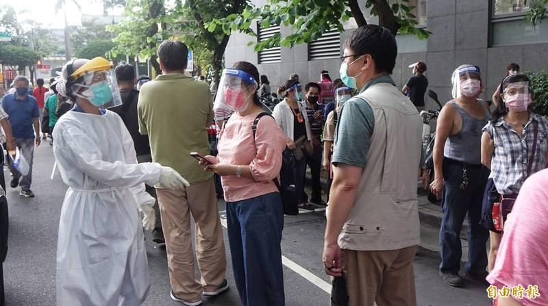 醫護人員、警察忙著宣導保持社交距離,但成效不彰。(記者劉信德攝)