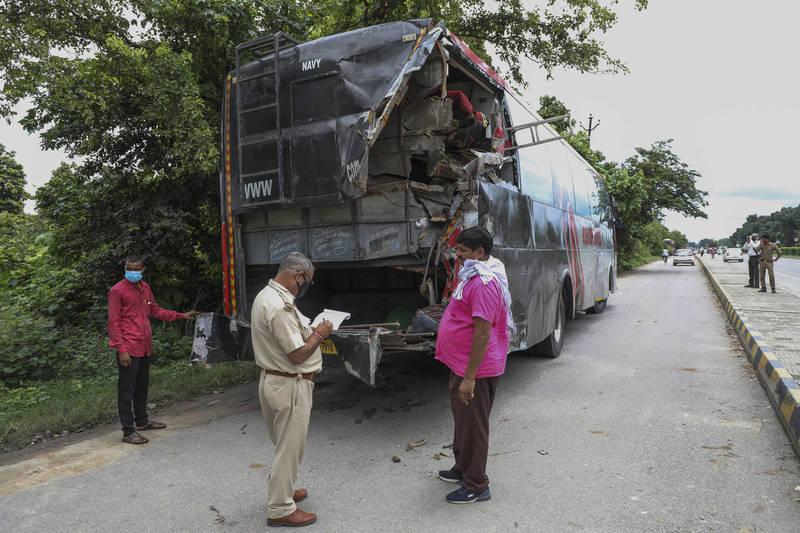 印度北方邦高速公路邊一輛拋錨巴士被卡車撞上,造成至少18人死亡,24人受傷。(美聯社)