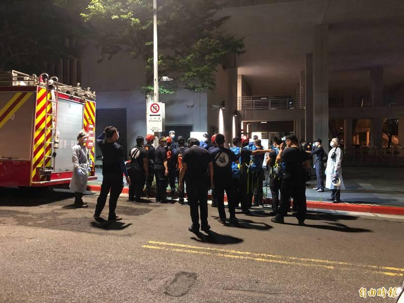 台北市1名楊姓85歲老翁今日上午與山友到雞南山自然步道健行,不料晚間仍未返家,消防隊晚間8點半上山搜尋,於深夜尋獲老翁遺體。(即時新聞攝)