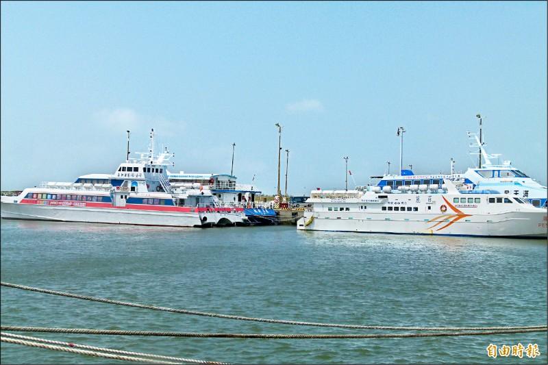 布袋到澎湖「藍色公路」仍停航,客輪停泊布袋商港。(記者蔡宗勳攝)