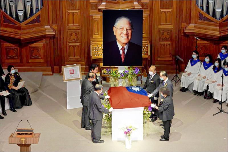 前總統李登輝過世一週年前夕,日本前首相安倍晉三表示,如果情況允許,他非常想到墳前祭拜。(資料照)