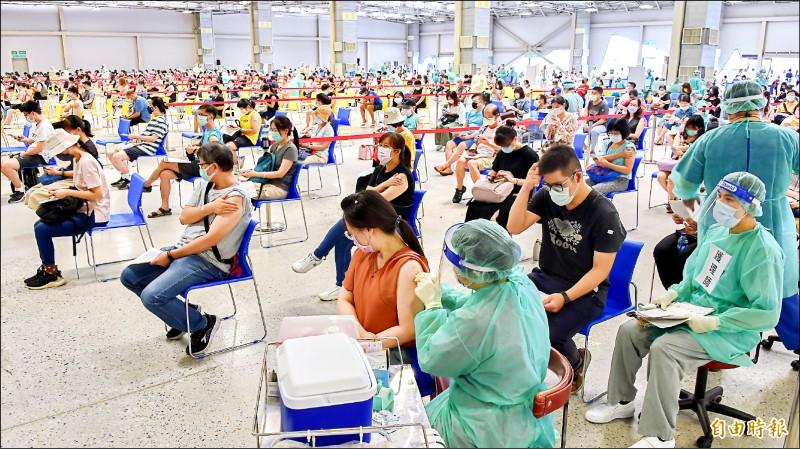 疫苗「打氣」旺,一劑涵蓋率昨日已破三成;圖為台北市花博公園接種站,為國、高中教職員專案施打。(記者塗建榮攝)