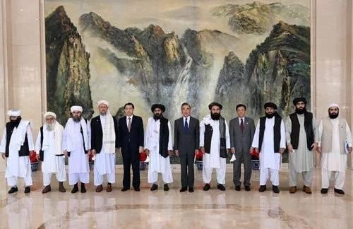 國務委員兼外交部長王毅28日在天津會見到訪的阿富汗塔利班政治委員會負責人巴拉達爾一行。(翻攝中國外交部官網)