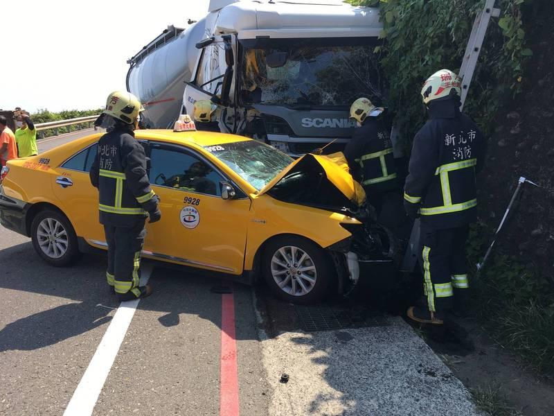 化學槽車與計程車發生碰撞,造成濱海公路雙向回堵。(記者吳昇儒翻攝)