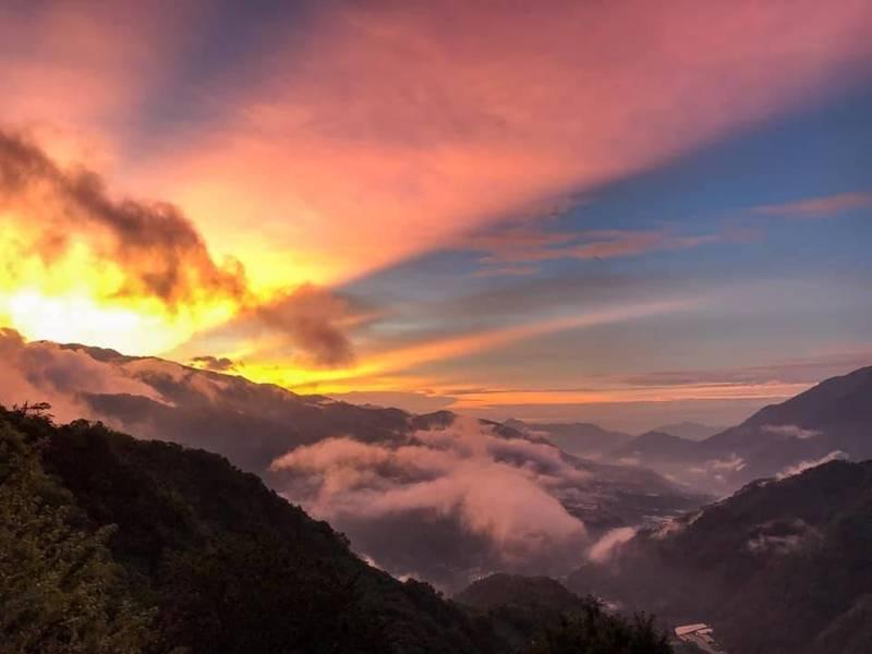 日前颱風遠離,南投信義鄉望高山區,出現一道道絕美絢爛的霞光美景。(陳才毅提供)