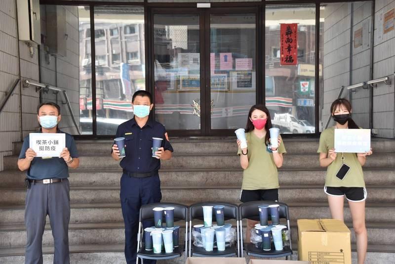 台中南區1家連鎖手搖飲店為慶祝降級,特地送消暑飲品至台中市第三警分局。(警三分局提供)