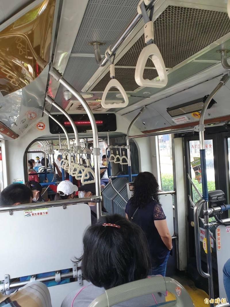 疫情警戒調降二級,台中市公車乘客逐漸增加。(記者張軒哲攝)