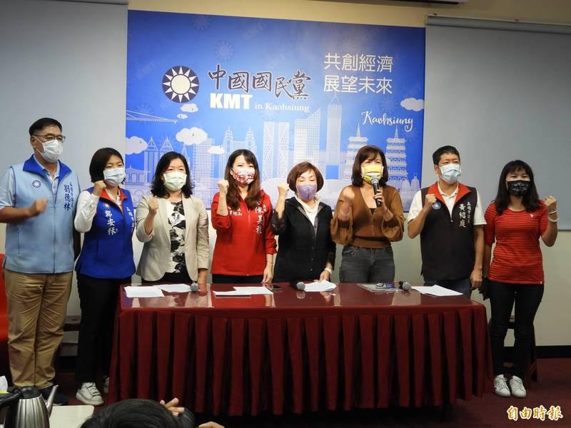 高雄市議會國民黨團,召開「防疫不要亂、振興要有感」記者會。(記者葛祐豪攝)