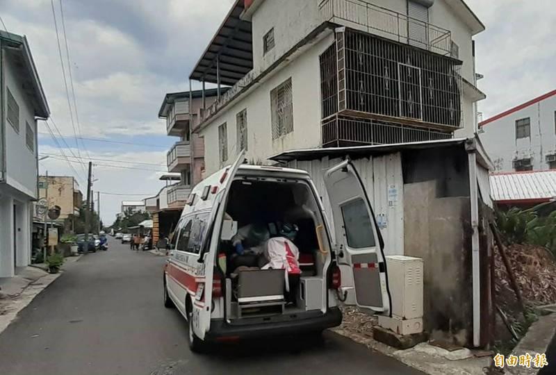 救護人員為被砍女債權人包紮止血。(記者陳賢義攝)