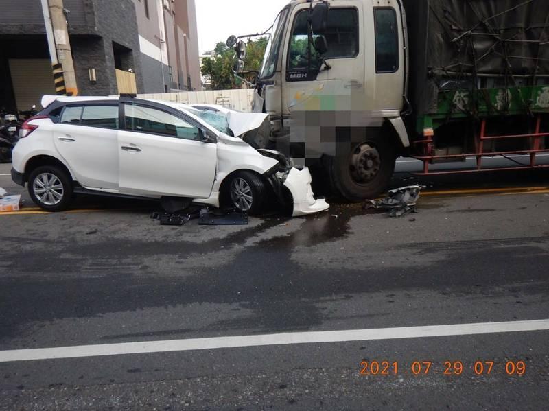 王男駕駛白色YARIS,行經學田路700號時與對向曳引車車頭對撞。(記者何宗翰翻攝)