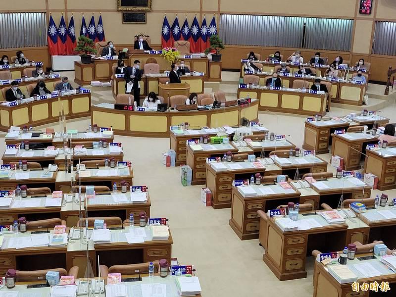 新北市議會開議,議員座位間都已經設置隔板,新北市議員李倩萍建議市府在開學前,幫學生座位都做好安全隔板。(記者何玉華攝)