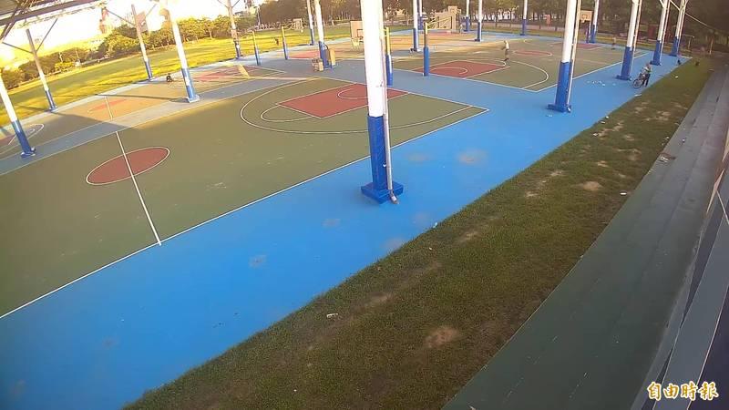 苗栗竹南運動公園剛開放,公所打掃發現口罩亂丟竟是脫口罩打球。(謝文福提供)