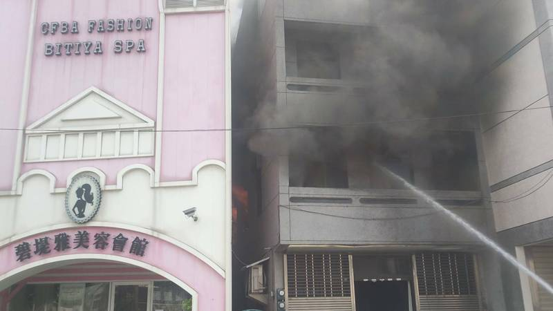 苗栗市長春街一棟4樓建築,下午1點多發生火警,火舌從2樓竄出,伴隨爆炸聲響,經警消灌救,於下午2點45分撲滅,無人員傷亡。(民眾提供)