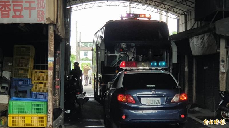 警方在和生市場查獲賭場,派出警備車載人。(記者葉永騫攝)