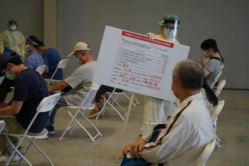 台北市國、高中職教職員在花博爭豔館接種站進行疫苗施打。(北市教育局提供)