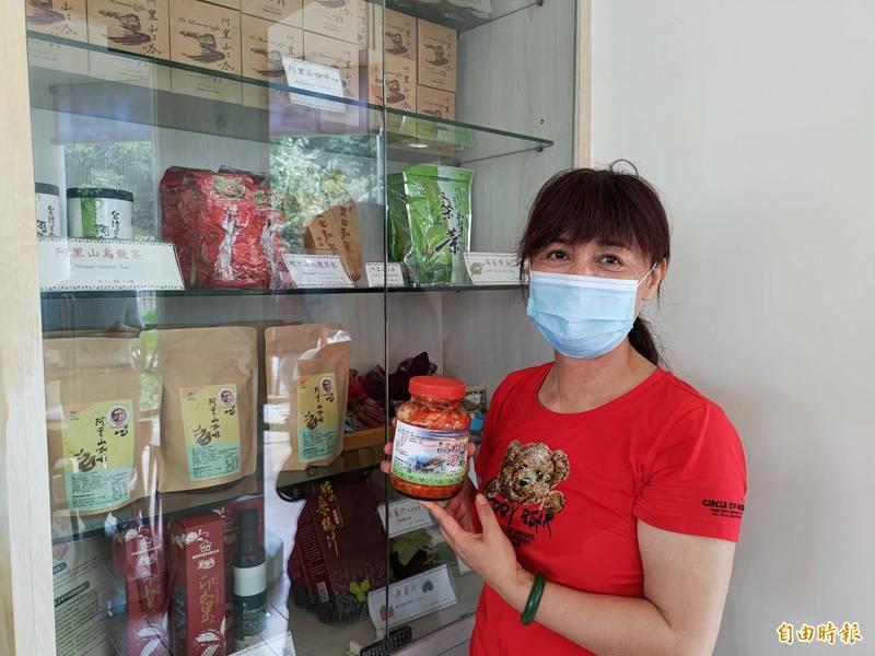 武冬玲(見圖)說,手作泡菜是使用在地生產的高山白菜,且都是由部落在地人手工製作。(記者王善嬿攝)