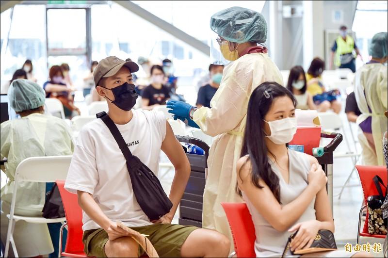 士林長照機構又爆群聚感染!長照機構上千人未施打疫苗,恐淪破口。圖為台北市花博公園接種站,國、高中教職員專案疫苗施打。(記者塗建榮攝)