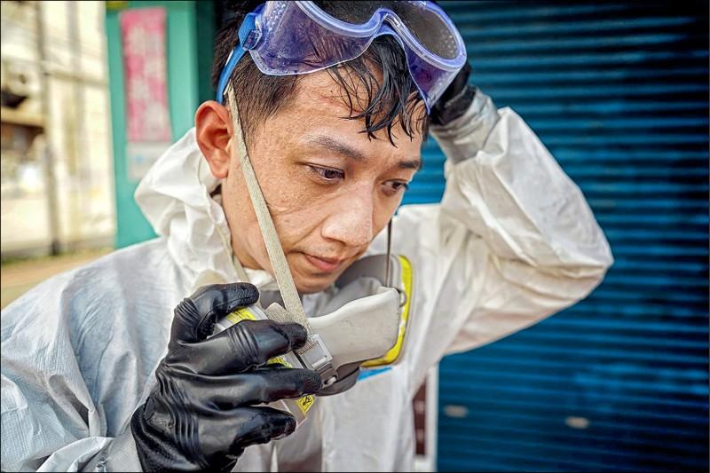 攝影師曾進發用鏡頭捕捉化學兵脫下面罩臉上印痕與滿滿汗水的畫面,作品獲素有攝影界奧斯卡之稱的露西獎街拍組肯定,成為五名決賽入選者之一。(圖:曾進發提供)