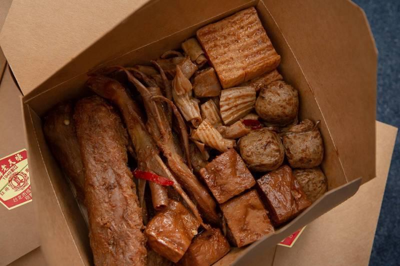 蔡英文特別提到準備的飯糰沒有「油條」、滷味餐也不含「丁香」。(圖擷取自蔡英文臉書)