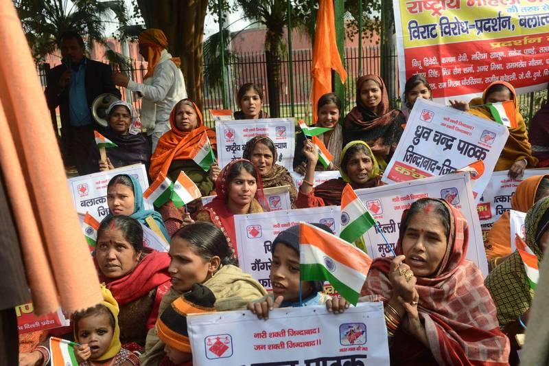 印度日前一名老婦人被4名男子輪姦,事後私處還被抹上疑似辣椒粉的刺激物質滅證,圖為印度女性上街爭取婦權照片。(法新社)
