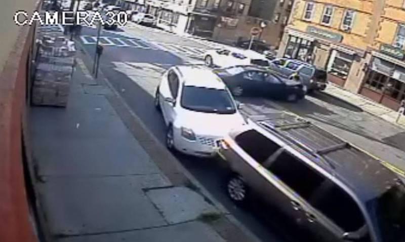 一位36歲母親抱著8個月大女嬰過馬路時,後方忽有一輛失控汽車急轉彎撞向這對母女。(圖擷取自「Yonkers Police Department」臉書)