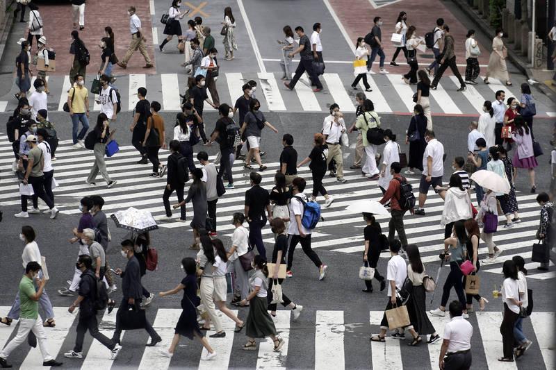 專家表示,以目前蔓延的速度,兩週後東京單日確診數就會超過5000人;如果之後繼續保持相同的速度,下個月26日後,每天將超過1萬人確診。(美聯社)