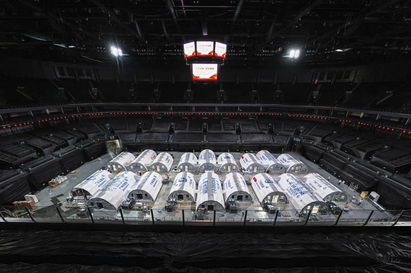 南京疫情狂燒,中媒稱這波疫情乃武漢爆發以來最嚴峻考驗。圖為南京體育館內的核酸檢測實驗室。(美聯社)