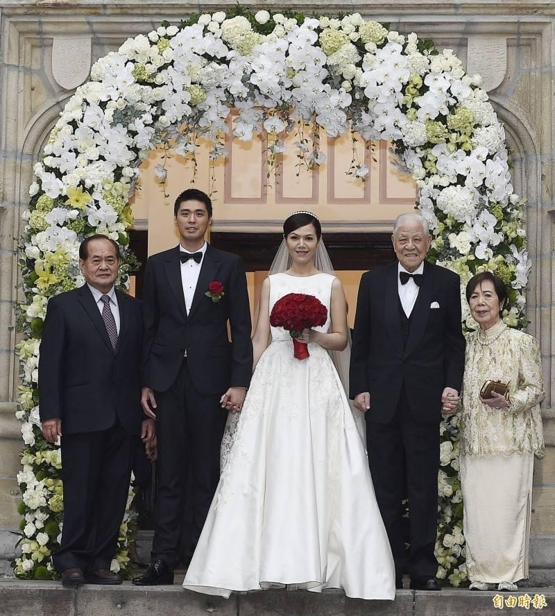李坤儀(中)與趙贊凱(左二)2015年12月15日在濟南教會舉行婚禮。(資料照)