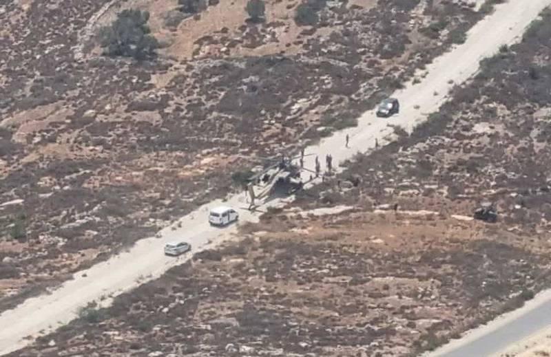以色列國防軍一架AH-64A雙座攻擊直升機,飛行期間發生故障,緊急降落在公路上。(圖翻攝自ItayBlumental推特)