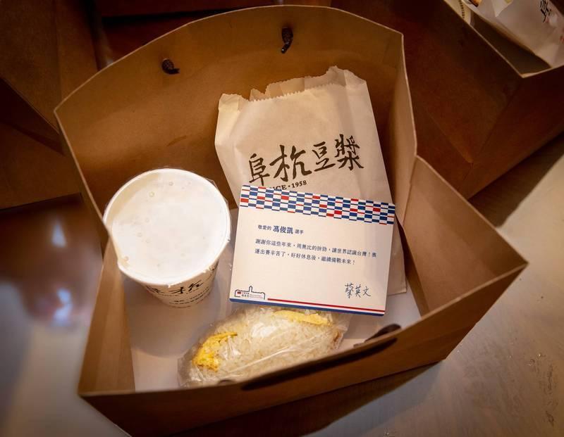 蔡英文為奧運代表團送上「奧運英雄限定版早餐」。(圖擷取自蔡英文臉書)