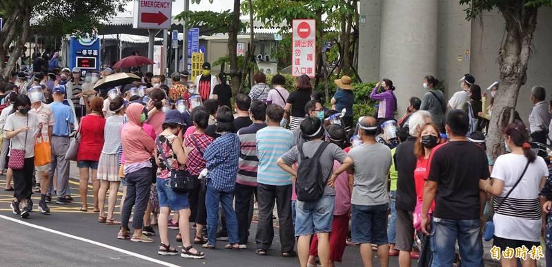 新北聯醫三重院區昨出現上千人排隊等待接種疫苗狀況。(資料照)
