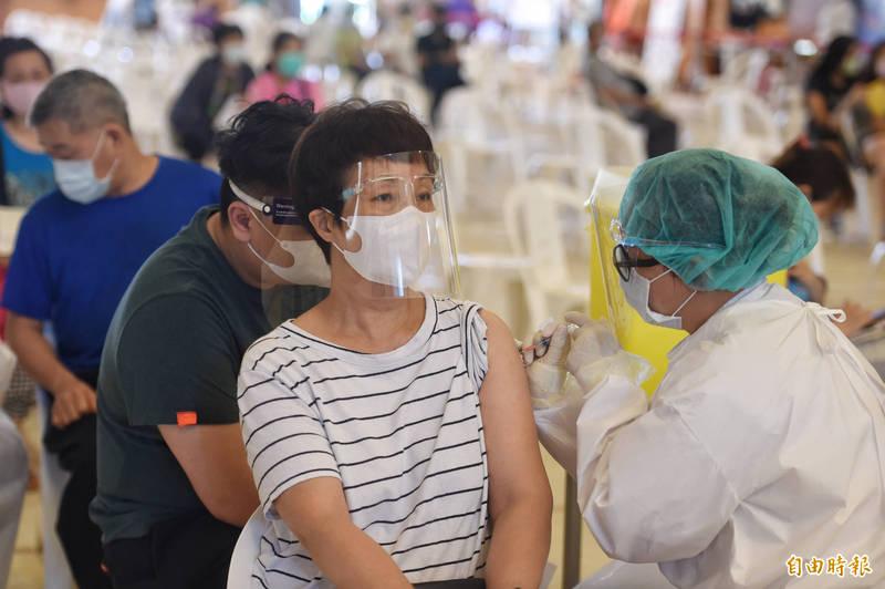 苗栗縣政府指出,因疫苗數量不足,武漢肺炎公費疫苗除7月30日正常接種,31日至8月4日暫停施打,後續將向中央持續爭取撥補疫苗。(資料照)