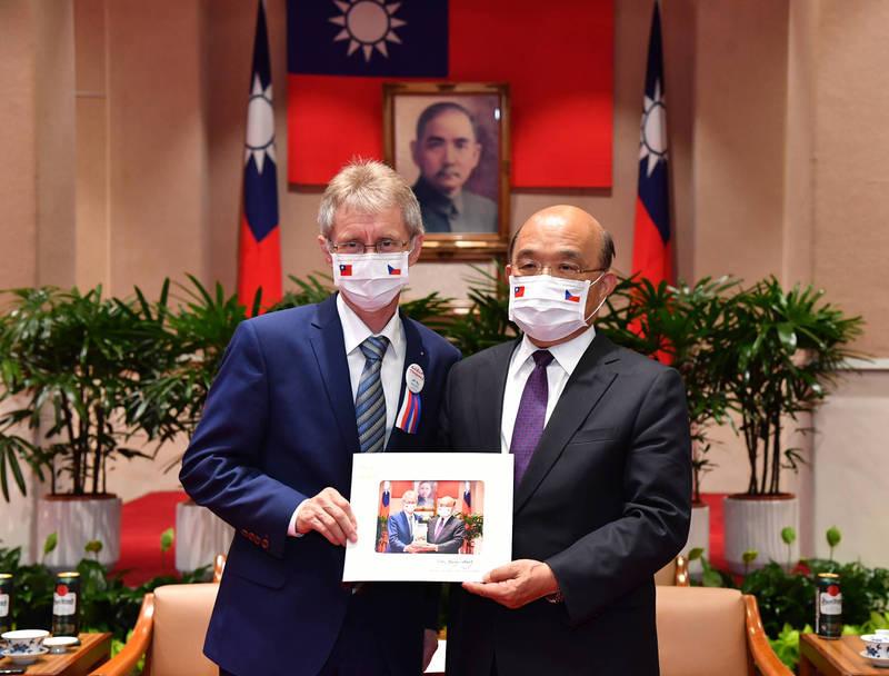 捷克參議院議長韋德齊去年訪台時曾赴行政院,與行政院長蘇貞昌交流。(取自行政院網站)