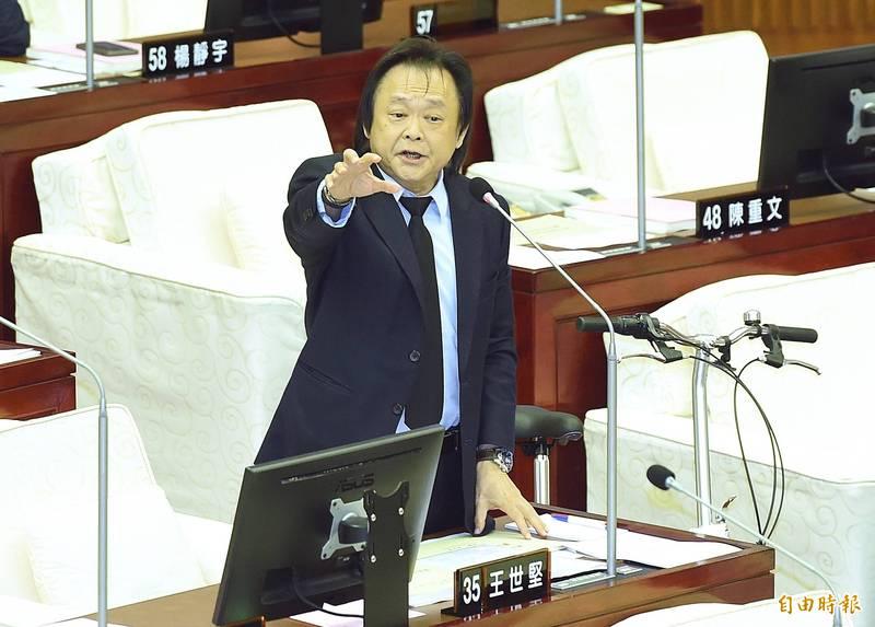 北市議員王世堅認為,台灣遲遲無法降級解封,就因為台北疫情無法有效控制找出不明感染源,而這是柯文哲的責任。(資料照)