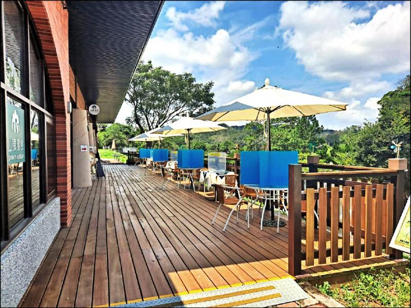三義舊山線設2處戶外用餐區,各30個席位,服務遊客。(苗栗縣府提供)