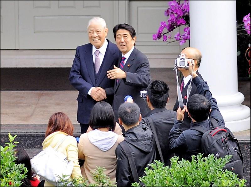 日本前首相安倍晉三透露想來台祭拜前總統李登輝,李登輝基金會董事長李安妮昨表示,會全力促成此事。圖為安倍晉三2010年至外雙溪翠山莊拜會李登輝,兩人握手相見歡。(資料照)