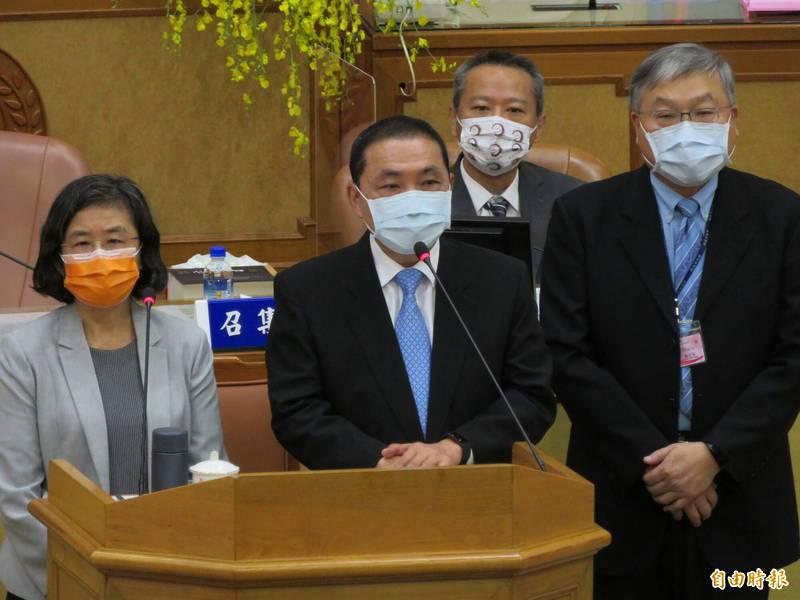 新北市長侯友宜說,既然有議員已經提出有人說有疫苗配額,就請政風處調查清楚。(記者何玉華攝)