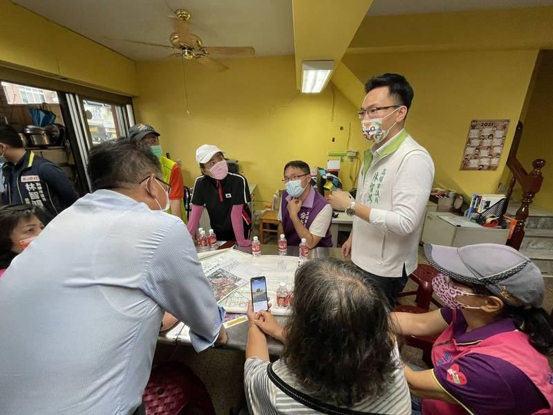 市議員林智鴻邀集北鳳山多位里長及高雄市政府水利局共同研商治水對策。(林智鴻服務處提供)