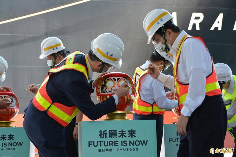 交通部長王國材(右)與日本台灣交流協會首席副代表星野光明受邀為達摩開眼,祈願MU3000新型城際列車抵台運行後一切順利。(記者王峻祺攝)