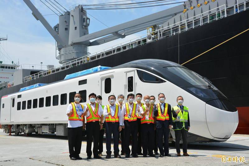EMU3000新型城際列車被視為是台灣劃時代新列車,安全、速度及運能均能大幅提升,首列12輛車今自日本運抵台灣,交通部長王國材及立委等人合影留念。(記者王峻祺攝)