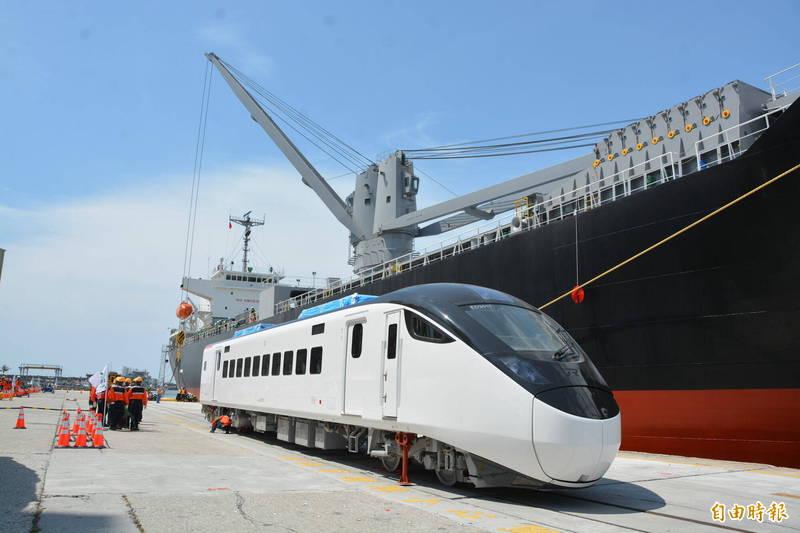 EMU3000新型城際列車被視為是台灣劃時代新列車,前11列車將優先投入東部幹線,可提升花東地區14%運能。 (記者王峻祺攝)