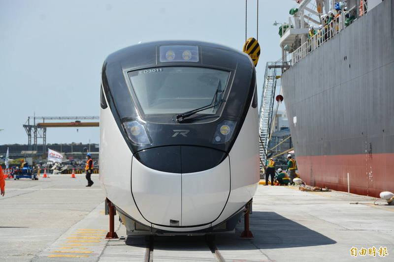 城際列車以黑白灰呈現極簡風格,設計主軸為Silent flow(靜謐的移動),表達台灣現代的一面。(記者王峻祺攝)