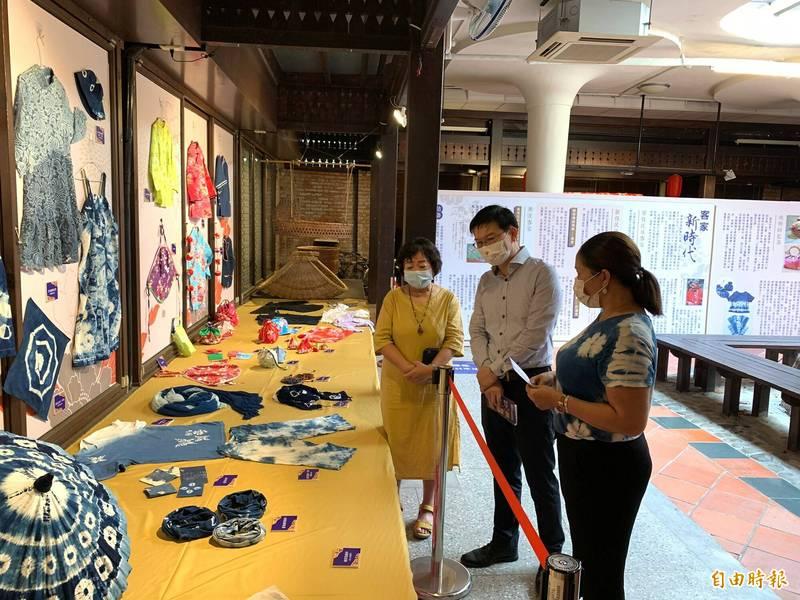 東勢客家文化園區舉辦客家衫呈服飾特展。(記者張軒哲攝)