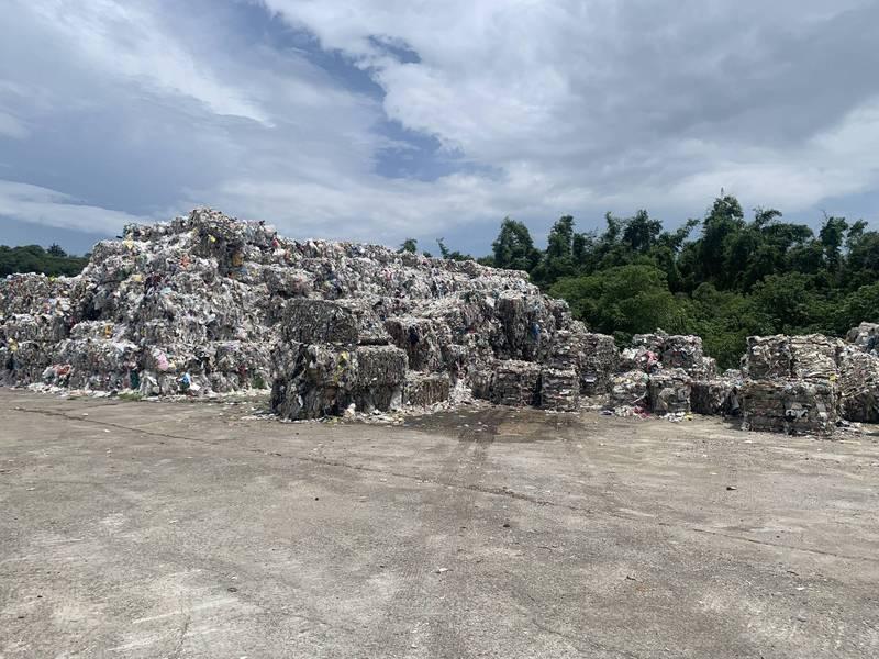 中市文山焚化爐回收物堆積如山飄異味,環保局允2個月去化。(張耀中提供)
