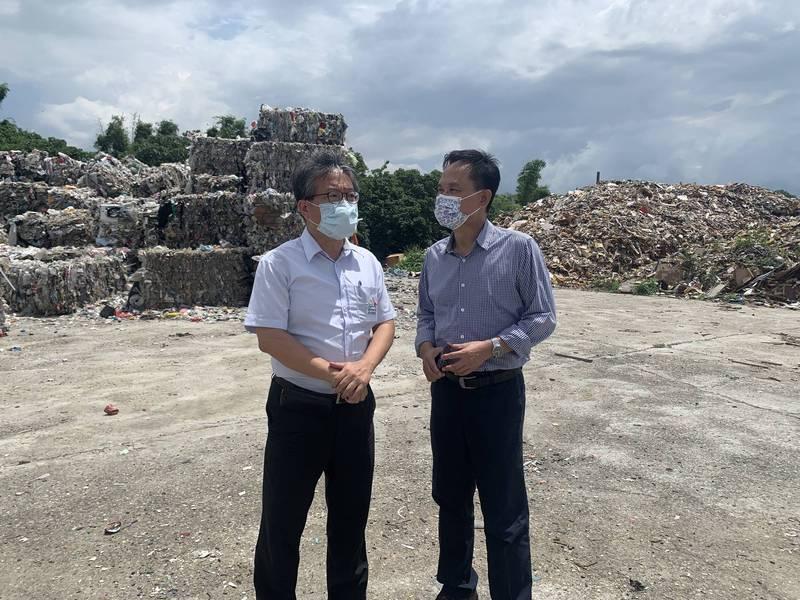 張耀中(右)與陳宏益現勘文山焚化爐回收物堆積如山。(張耀中提供)
