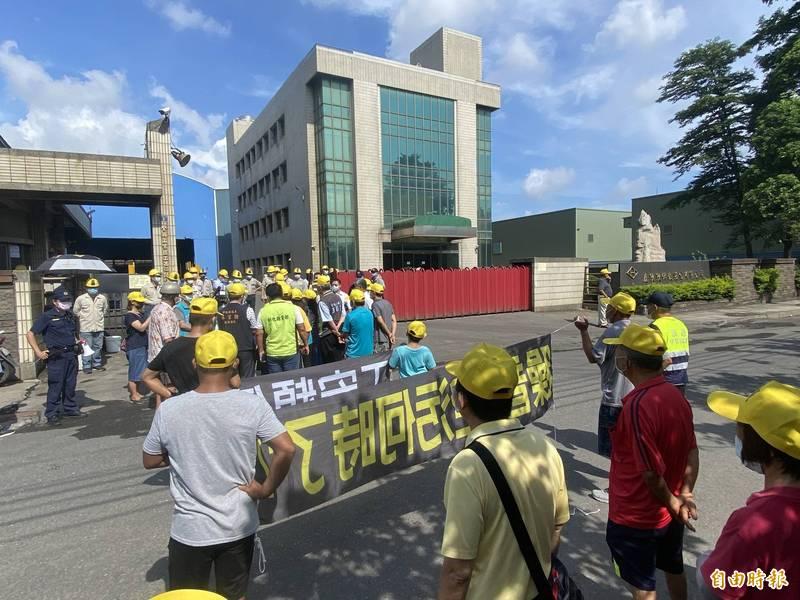 7月23日才發生火災的慶欣欣鋼鐵工廠,今又被民眾拉布條抗議。(記者張聰秋攝)
