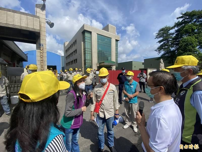 前縣長魏明谷(右2)到場聲援民眾陳情抗議。(記者張聰秋攝)