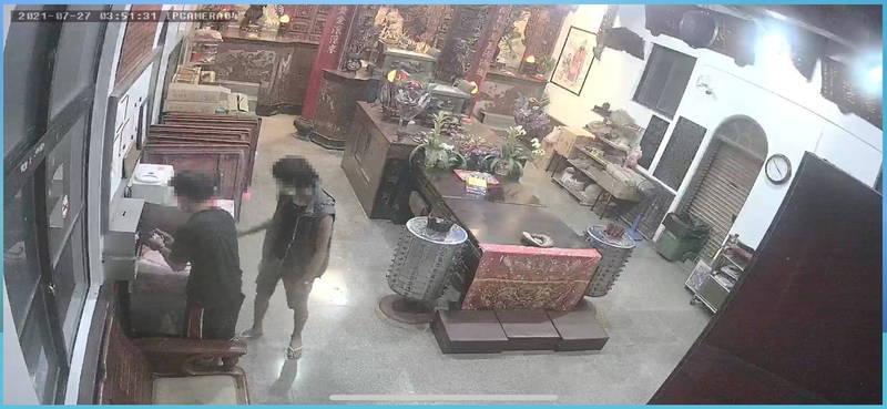 2名竊嫌連神明香油錢都敢偷。(警方提供)